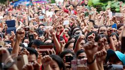 Ratusan warga menyanyikan tiga lagu nasional yang dipimpin Addie MS di Balai Kota DKI Jakarta, Rabu (10/5). Mereka mengenakan atribut merah dan putih menggelar aksi simpatik untuk Basuki Tjahaja Purnama atau Ahok. (Liputan6.com/Johan Tallo)