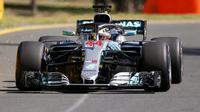 Lewis Hamilton, tampil gemilang pada sesi latihan bebas pertama F1 GP Australia di Sirkuit Albert Park, Melbourne, Jumat (23/3/2018). (AP Photo/Asanka Brendon Ratnayake)