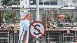 Aktivitas pekerja saat menyelesaikan proyek pembangunan Pasar Senen Blok I dan II, Jakarta, Minggu (15/11/2020). Pembangunan gedung pasar yang berada di lahan seluas 69.600 meter persegi itu terus dikebut setelah sebelumnya ludes akibat kebakaran pada 2017. (merdeka.com/Iqbal S Nugroho)