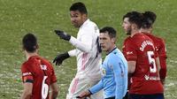 Gelandang Real Madrid, Casemiro, bersitegang dengan pemain Osasuna, Oier, pada laga Liga Spanyol di Stadion El Sadar, Sabtu (9/1/2021). Kedua tim bermain imbang 0-0. (AP/Alvaro Barrientos)