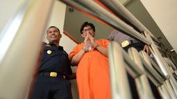 Mohd Husaini Jaslee usai konferensi pers menyusul penahanannya di kantor pabean di Bandara Ngurah Rai, Denpasar (4/10). Jaslee ditangkap di Bali setelah membawa pil ekstasi di dalam tas laptopnya di bandara internasional. (AFP Photo/Sonny Tumbelaka)