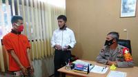 DA (20), saat diinteroasi di Polsek Seberang Ulu (SU) I Palembang Sumsel (Liputan6.com / Nefri Inge)