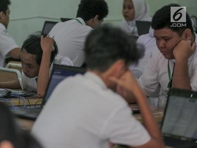 Siswa mengikuti Ujian Nasional Berbasis Komputer (UNBK) mata pelajaran Bahasa Indonesia di SMP Negeri 1, Cikini, Jakarta, Senin, (22/4). Sebanyak 4.279.008 siswa mengikuti UNBK tingkat SMP dan Madrasah Tsanawiyah (MTS) yang dilaksanakan mulai 22 hingga 25 April. (Liputan6.com/Faizal Fanani)