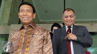 Menko Polhukam Wiranto (kiri) usai menyambangi Gedung KPK, Jakarta, Jumat (7/10). Kedatangannya secara khusus utuk menyetorkan Laporan Harta Kekayaan Pejabat Negara (LHKPN). (Liputan6.com/Helmi Afandi)