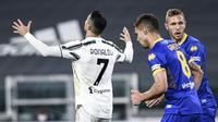 Pemain Juventus Cristiano Ronaldo (kiri) bereaksi setelah gagal mencetak gol ke gawang Parma pada pertandingan Serie A di Stadion Allianz Turin, Italia, Rabu (21/4/2021). Juventus menang 3-1. (Piero Cruciatti/LaPresse via AP)