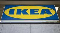Gambar yang diambil pada tanggal 6 Mei 2019 menunjukkan logo di toko konsep IKEA di pusat kota di Place Madeleine di Paris. (Thomas SAMSON / AFP)