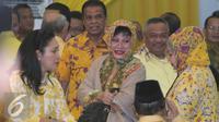 Mantan politikus Partai Golkar Siti Hardiyanti Indra Rukmana (Mbak Tutut) bersama sejumlah tokoh lainnya menghadiri silaturahmi nasional Golkar di Kantor DPP Golkar, Jakarta, Minggu (1/11). (Liputna6.com/Angga Yuniar)