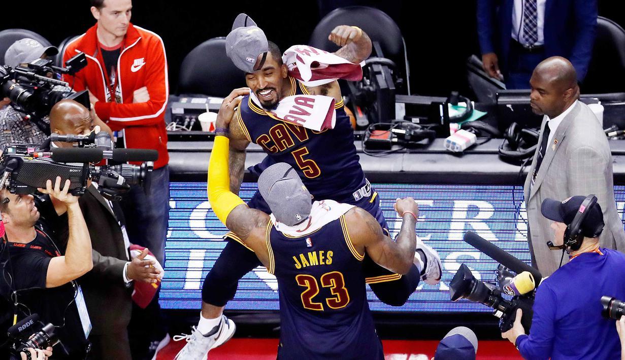 LeBron James #23 dan J.R. Smith #5 omerayakan keberhasilan timnya lolos ke Final NBA usai memenangi laga melawan Raptors 113-87 pada final wilayah timur NBA Playoffs 2016 di Air Canada Centrer (27/5/2016). (Mark Blinch/Getty Images/AFP)