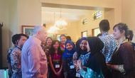 Dubes AS Donovan berbincang dengan para alumni YES yang baru saja sampai di tanah air (Liputan6.com/Siti Khotimah)