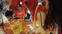Calon wakil gubernur Jawa Timur nomor urut 2, Puti Guntur Soekarno ditemani anak sulungnya Rakyan Ratri Syandriasari Kameron. (Merdeka.com)