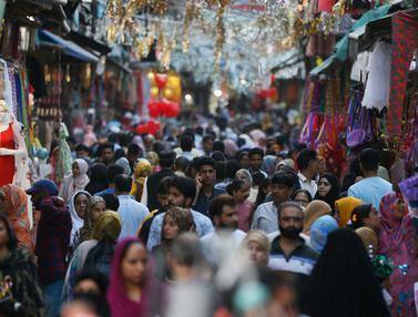 Melihat Muslim Kashmir Berburu Pakaian Untuk Lebaran
