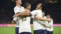 Gol Leonardo Bonucci mengantarkan Italia meraih kemenangan 2-1 atas Belanda dalam laga uji coba (28/3/2017). (AFP/John Thys)