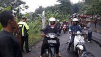 Polisi mengimbau pengendara menuju Bandung yang melalui Sumedang beralih ke Cipali karena jalan ambles. (Liputan6.com/Panji Prayitno)