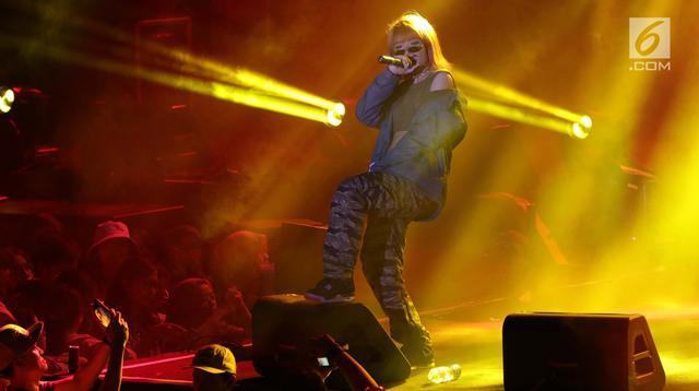 Penyanyi musik hip hop, Ramengvrl saat tampil pada panggung utama gelaran ON/OFF Festival hari pertama di Istora Gelora Bung Karno, Jakarta, Sabtu (7/9/2019). Ramengvrl tampil enerjik dan membius penggemarnya dengan membawa sejumlah lagu andalan. (Liputan6.com/Helmi Fithriansyah)