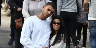 Younes Bendjima ingin Kourtney Kardashian tahu bahwa ia tak pernah berselingkuh dengan wanita lain. (Celebrity Insider)