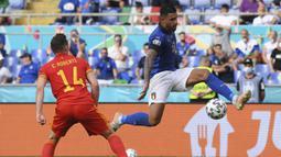 Italia langsung menyerang di awal laga. Peluang pertama didapat pada menit ke-15 lewat sepakan bek Emerson Palmieri (kanan) yang masih mampu ditepis kiper Wales, Danny Ward. (Foto: AP/Pool/Alberto Lingria)