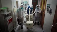Sejumlah anggota tim medis sedang melakukan simulasi dengan membawa peralatan untuk melakukan pemeriksaan swab test kepada pasien yang tertular vrus corona.(Liputan6.com/Fajar Abrori)