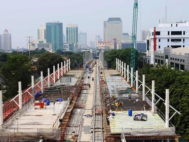 Suasana pemasangan rel kereta proyek pembangunan MRT di Jakarta, Selasa (31/10). Pembangunan fisik Mass Rapid Transit (MRT) Jakarta fase 1 hingga akhir September 2017 telah mencapai 80%. (Liputan6.com/Angga Yuniar)