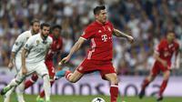Striker Bayern Muenchen Robert Lewandowski mengeksekusi penalti ke gawang Real Madrid pada leg kedua perempat final Liga Champions di Estadio Santiago Bernabeu, Rabu (19/4/2017) dinihari WIB. (AP Photo/Francisco Seco)