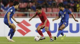 Gelandang Timnas Indonesia, Andik Vermansah, menggiring bola saat melawan Thailand pada laga Piala AFF 2018 di Stadion Rajamangala, Bangkok, Sabtu (17/11). Thailand menang 4-2 dari Indonesia. (Bola.com/M. Iqbal Ichsan)