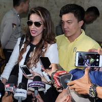 Tsania Marwa resmi melaporkan Atalarik Syah ke Bareskrim Mabes Polri, Jakarta Pusat, Selasa (9/1). Ia melaporkan Atalarik lantaran kesulitan menemui kedua anaknya, Syarif Muhammad Fajri dan Aisyah Shabira. (Deki Prayoga/Bintang.com)