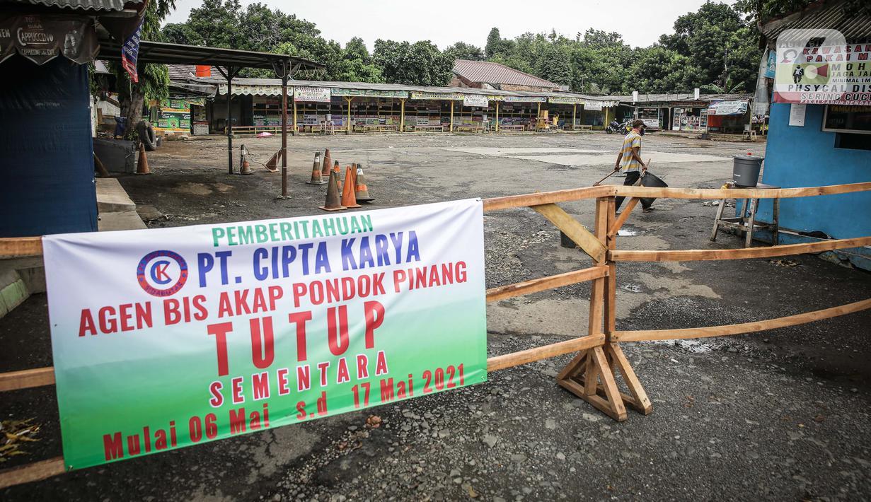 Sebuah spanduk pemberitahuan penutupan terpasang di depan terminal Pondok Pinang, Jakarta, yang tampak tutup dan sepi pada Kamis (6/5/2021). Pelayanan terminal Pondok Pinang mati suri seiring telah diberlakukan larangan mudik Lebaran mulai hari ini, 6 hingga 17 Mei 2021. (Liputan6.com/Faizal Fanani)