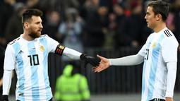 Dybala juga rekan Lionel Messi di Argentina. Tetapi lantaran tipe main Dybala dianggap sangat mirip Messi, keduanya jarang diturunkan bersamaan. (Foto: AFP/Kirill Kudryavtsev)