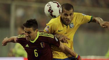 Duel panas terjadi antara Brasil melawan Venezuela pada pertandingan terakhir babak penyisihan grup C Copa Amerika 2015 di Stadion Monumental David Arellano, Santiago, Chili, (22/6/2015). Brasil menang tipis 2-1 atas Venezuela. (REUTERS/Jorge Adorno)