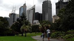 Orang-orang mengunjungi Royal Botanic Garden di Sydney, Rabu (30/12/2020). Masyarakat diminta untuk tetap di rumah saja pada malam pergantian tahun menyusul ditemukannya kasus penularan Covid-19 baru di Sydney. (Saeed KHAN / AFP)