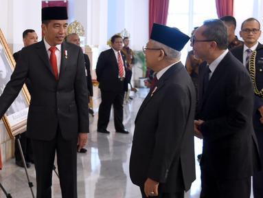 Presiden Joko Widodo (kiri) menunjukkan foto Sultan Himayatuddin Muhammad Saidi kepada Wakil Presiden Ma'ruf Amin di Istana Negara, Jakarta, Jumat (8/11/2019). Himayatuddin mendapat gelar Pahlawan Nasional berdasarkan Keppres Nomor 120/TK/Tahun 2019. (Foto: Lukas-Biro Pers Sekretariat Presiden)