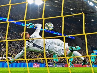 Kiper Barcelona Marc-Andre ter Stegen (kiri) menghalau tendangan penalti pemain Borussia Dortmund Marco Reus (kanan) saat bertanding pada laga Grup F Liga Champions di Dortmund, Jerman, Selasa (17/9/2019). Pertandingan berakhir 0-0. (AP Photo/Martin Meissner)