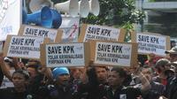 Massa dari Aliansi Save Indonesia menggelar aksi dengan tema 'Save Polri, Save KPK, Save Indonesia' di depan Gedung KPK, Jakarta, Jumat (6/2/2015). (Liputan6.com/Herman Zakharia)