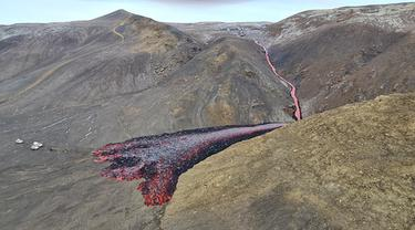 Bikin Merinding, Ini Hasil Foto Semburan Uap dan Lava di Islandia