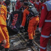 Petugas Basarnas membawa kantung jenazah terkait jatuhnya pesawat Lion Air JT 610 di Posko Evakuasi, Tanjung Priok, Jakarta, Senin (29/10). Pesawat teregistrasi dengan PK-LQP dan berjenis Boeing 737 MAX 8. (Liputan6.com/Faizal Fanani)