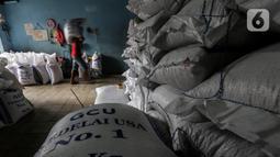 Pekerja melakukan bongkar muat kedelai yang baru tiba di gudang penyimpanan di Kawasan Kebayoran Lama, Jakarta, Kamis (14/1/2021). Harga diproyeksi mulai turun pada Juni seiring membaiknya produksi di negara-negara Amerika Selatan. (Liputan6.com/Johan Tallo)