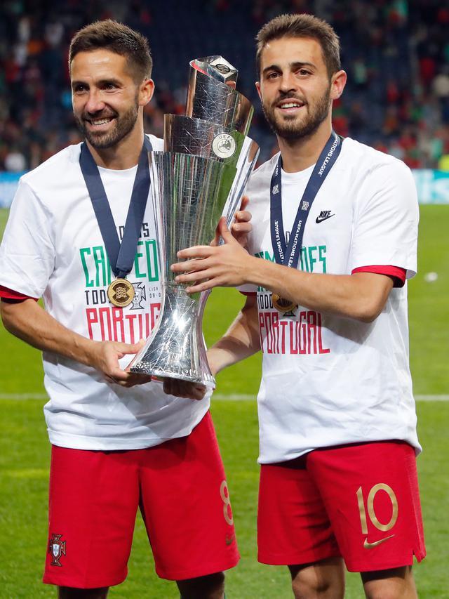 Gelandang Portugal, Joao Moutinho dan Bernardo Silva berpose dengan Piala UEFA Nations League