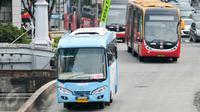 Tarif Bus Kota Terintegrasi Busway (BKTB) dengan Rute PIK-Monas turun harga, Jakarta, Senin (4/1/2016). Tarif BKTB yang semula Rp 6.000 turun menjadi Rp 3.500. (Liputan6.com/Yoppy Renato)