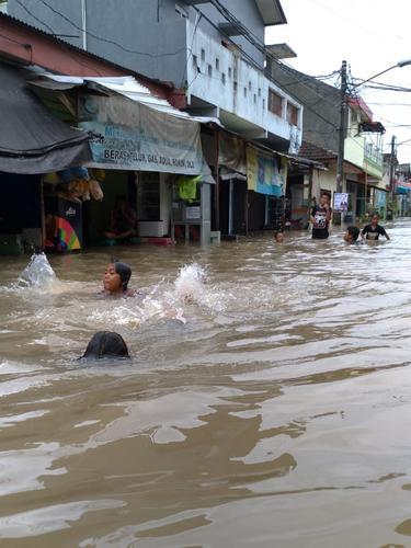 Hujan yang mengguyur Kota Tangerang semalaman membuat Komplek Kunciran Mas Permai, Pinang banjir.