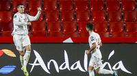 Striker Spanyol, Alvaro Morata (kiri) melakukan selebrasi usai mencetak gol ke gawang Yunani dalam laga Kualifikasi Piala Dunia 2022 Zona Eropa Grup B di Los Carmenes Stadium, Granada, Kamis (25/3/2021). Spanyol bermain imbang 1-1 dengan Yunani. (AP/Fermin Rodriguez)