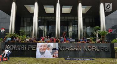 Poster penyidik KPK Novel Bawesdan dipajang di Gedung KPK jelang kedatangannya, Jakarta, Kamis (22/2). Penyidik senior Komisi Pemberantasan Korupsi ( KPK) Novel Baswedan, akan kembali ke Tanah Air. (Liputan6.com/Herman Zakharia)