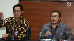 Wakil Ketua KPK Saut Situmorang (kanan) didampinggi Jubir KPK Febri Diansyah memberi keterangan terkait  kasus Bupati Malang Rendra Kresna di Gedung KPK, Jakarta, Kamis (11/10). (Merdeka.com/Dwi Narwoko)