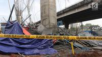 Reruntuhan material dari tiang girder proyek Tol Becakayu yang ambruk di dekat Gerbang Tol Kebon Nanas, Jakarta Timur, Selasa (20/2). Untuk sementara pengerjaan proyek ini dihentikan untuk kepentingan penyelidikan. (Liputan6.com/Arya Manggala)
