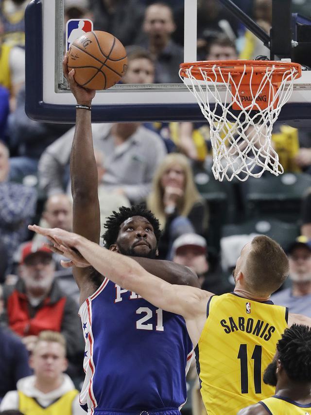 Joel Embiid berduel dengan Sabonis saat Sixers melawan Pacers di ajang NBA