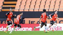 Pemain Lorient, Abergel, melakukan selebrasi usai mencetak gol ke gawang Paris Saint-Germain (PSG) pada laga Liga Prancis di Stadion Moustoir, Minggu (31/1/2021). PSG takluk dengan skor 3-2. (AP/David Vincent)