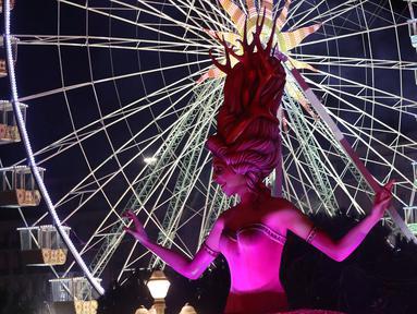 Kendaraan hias membawa patung raksasa berbentuk Ratu saat diarak pada parade karnaval Nice ke-135 di Nice, Prancis (16/2). (Valery Hache/AFP)