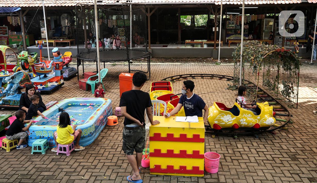 Warga mengisi hari libur dengan mengunjungi lokasi wisata Kampung Main Cipulir, Jakarta, Minggu (13/6/2021). Kampung Main Cipulir menjadi liburan alternatif bagi warga, dikarenakan harganya yang terjangkau dan Pengelola menerapkan protokol kesehatan bagi setiap pengunjung. (Liputan6.com/Johan Tallo