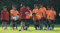Pelatih Shin Tae-yong memimpin latihan Timnas Indonesia U-19.. (dok. PSSI)