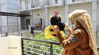 Wali Kota Bontang Neni Moerniaeni menunjukkan boneka kepada OTG yang masih anak-anak di tempat isolasi. (foto: istimewa)