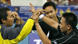 Medali emas Ganda Putra Kejuaraan Dunia BWF 2007. Dalam partai final yang digelar di Kuala Lumpur, Malaysia, Markis Kido/Hendra Setiawan mengalahkan pasangan Korea, Jung Jae-sung/Lee Yong-dae dengan skor 21-19, 21-19. (Foto: AFP/Tengku Bahar)