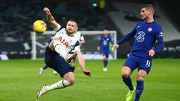 Bek Tottenham Hotspur, Eric Dier (kiri) mengontrol bola di depan striker Chelsea, Timo Werner dalam laga lanjutan Liga Inggris 2020/21 pekan ke-22 di Tottenham Hotspur Stadium, London, Kamis (4/2/2021). Tottenham Hotspur kalah 0-1 dari Chelsea. (AFP/Clive Rose/Pool)